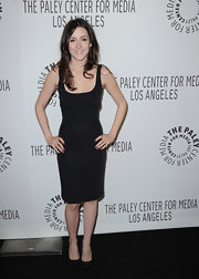 Shannon Woodward paired her fitted LBD with matching back leather pumps.