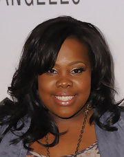 Amber Riley finished off her bronzed look with metallic shadow in a gold that highlighted her upper brow bone. A deep brown shade was placed on the outer creases.