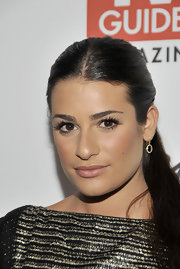 Lea Michele glamed up her look with wispy lashes. She completed her look with bronze blush and nude lips.