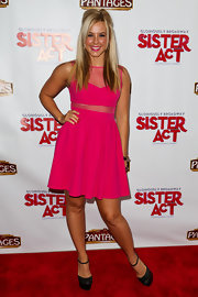 A hot pink sleeveless dress gave Chelsie a super youthful and flirty red carpet look.