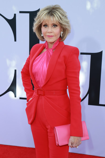 Jane Fonda's hot-pink Ferragamo satin clutch and red suit at the premiere of 'Book Club' were a gorgeous color pairing!