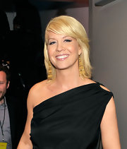 Jenna Elfman added of pops of metallic gold to her black ensemble with lengthy dangling earrings at the 2010 People's Choice Awards.