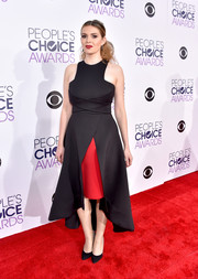 Carly Steel was modern and chic at the People's Choice Awards in a black and red Gauri & Nainika dress with a racer neckline, crisscross waist detailing, and a high-low hem.