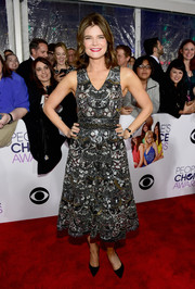 Betsy Brandt looked totally dazzling in a heavily beaded cocktail dress by Alice + Olivia at the People's Choice Awards.