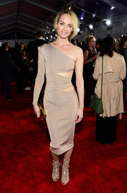 Amber Valletta polished off her ensemble with a gold tube clutch.