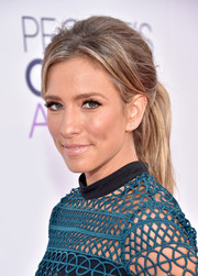 Renee Bargh attended the People's Choice Awards wearing a slightly teased ponytail.