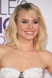 Kristen Bell looked like a doll with her perfect blonde waves at the 2017 People's Choice Awards.