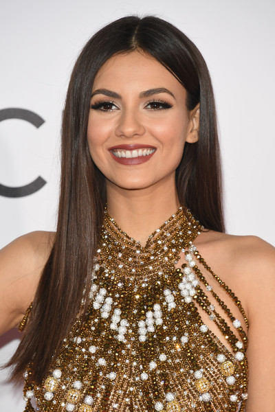 Victoria Justice showed off perfectly sleek straight hair at the 2017 People's Choice Awards.