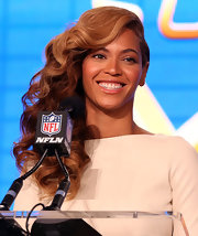 Beyonce rocked a MAY-jor side part with a cascade of curls at a Super Bowl press conference.