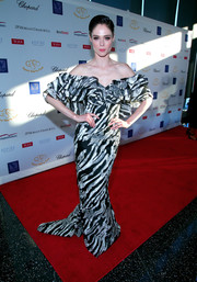 Coco Rocha looked quite the diva in a monochrome off-the-shoulder gown with a tiered, ruffled neckline at the 2017 Graduation Gala.