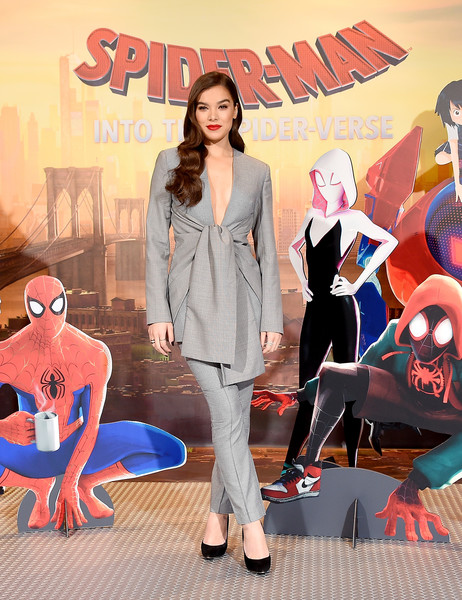 Hailee Steinfeld looked sharp in a gray tie-waist pantsuit by Acler at the 'Spider-Man: Into the Spider-Verse' photocall.