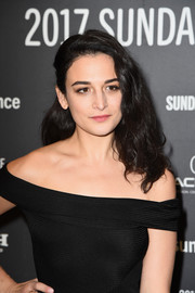 Jenny Slate wore her hair in half-pinned mid-length curls at the Sundance premiere of 'The Polka King.'