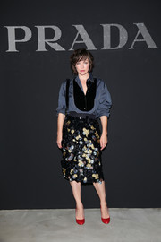 Milla Jovovich finished off her look with a pair of red round-toe pumps.