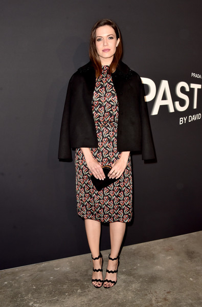 For her bag, Mandy Moore chose a classic black satin clutch.