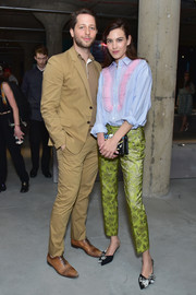 For her footwear, Alexa Chung chose a cute pair of bow-adorned pumps.