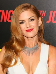Isla Fisher complemented her decollete dress with a silver statement necklace.