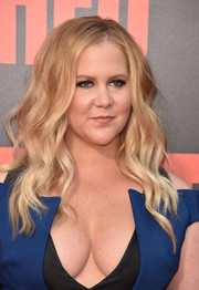 Amy Schumer was dolled up with this flowing wavy 'do at the premiere of 'Snatched.'