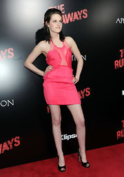Kristen's bubbly pink dress called for a funk and girlie heel but she chose a classic black pair of satin peep toe pumps. Oh well, one step at a time.