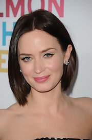 A soft and pretty pink lipstick kept Emily Blunt's beauty look super feminine and flirty.