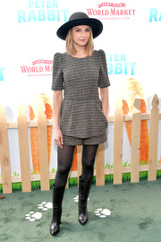 Rachael Leigh Cook completed her outfit with a pair of black boots that reached just below her knees.