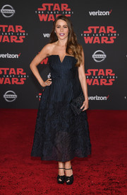 Sofia Vergara rounded out her dark ensemble with a beaded clutch.