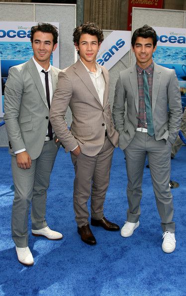 Nick hit the blue carpet with his stylish brothers. Nick opted to forgo a tie and pair his look with cap toe leather oxfords.