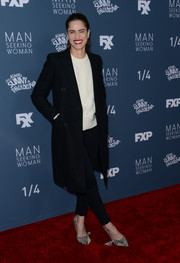 Amanda Peet was casual in black skinny jeans, a white sweater, and a double-breasted coat at the premiere of 'It's Always Sunny in Philadelphia.'