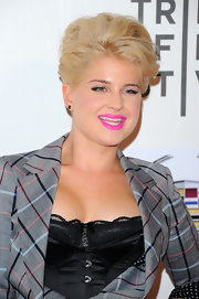 Kelly Osbourne was right on trend for the spring season with a vivid neon pink pout. She allowed her lips to steal the show with light blush and minimal eye-makeup.