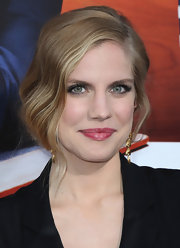 Anna Chlumsky chose a retro-inspired updo that featured pulled back finger waves for her look at the 'Veep' season 2 premiere.
