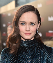 Alexis Bledel looked vintage-glam with her perfectly styled waves at the premiere of 'The Handmaid's Tale' season 2.