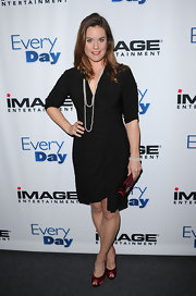 Ashley Williams looked absolutely stunning in a simple wrap dress.