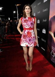 Alexandra Daddario sealed off her eye-catching ensemble with gold glitter pumps by Jimmy Choo.
