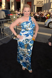 Melissa Joan Hart was glowing at the 'What to Expect When You're Expecting' premiere wearing this colorful blue floral print dress.