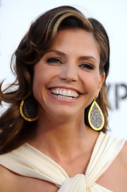Charisma paired her flowing curls with gold hoop earrings.