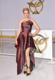 Elizabeth Banks chose a pair of gold Roger Vivier ankle-cuff pumps to complete her striking look.