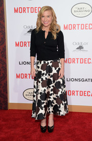 Tracy Anderson paired her cardigan with an ankle-length floral skirt in neutral tones.