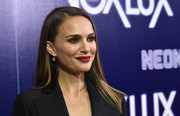 Natalie Portman polished off her look with a pair of dangling diamond earrings by Beladora.
