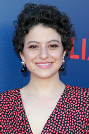 Alia Shawkat stuck to her signature curls when she attended the premiere of 'Arrested Development 5.'