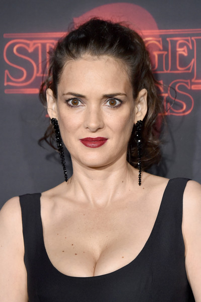 Winona Ryder styled her hair into a curly ponytail for the premiere of 'Stranger Things' season 2.