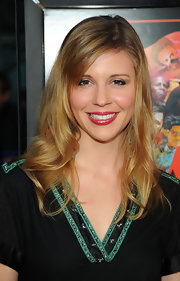 Heather Weeks attended the premiere of 'Cat Run' with loose curls that were parted down the side.