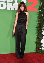 Linda Cardellini styled her look with a metallic clutch.