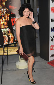 Selma Blair topped off her strapless dress with a maroon clutch.
