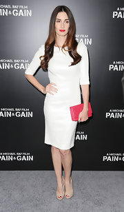Paz Vega chose a fitted white shift dress for her classic and elegan look a the premiere of 'Pain & Gain.'