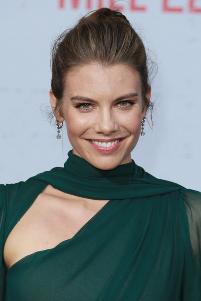 Lauren Cohan styled her hair into an edgy loose bun for the premiere of 'Mile 22.'