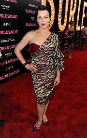 Debi rocked some fresh red nails with her retro red look at the 'Burlesque' premiere.
