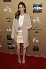 Amanda Peet styled her outfit with elegant gold PVC pumps.