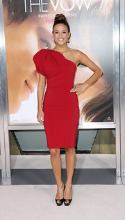 Jana topped off her red dress with black platform peep-toe pumps.