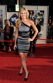 Erin Andrews showed off her sexy side in a cut out one-shoulder dress.