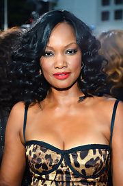 Garcelle wore shoulder-sweeping curls and red lipstick to create this glamorous look.