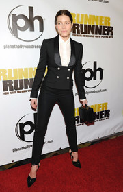 A pair of elegant black pumps added some femininity to Jessica Biel's menswear-inspired outfit at the 'Runner Runner' premiere.